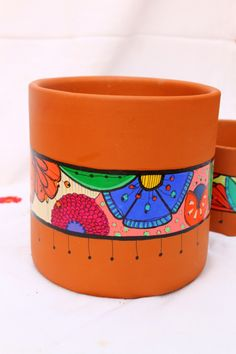 . Painted Clay Pots, Painted Flower Pots, Clay Pot Crafts, Diy And Crafts, Arts And Crafts, Diy Bottle, Wine Bottle Crafts, Pottery Painting, Ceramic Painting