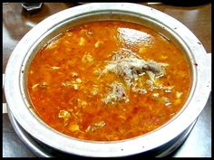 GAZİANTEP Gaziantep'te iftar sofralarda yer alan çorbalardan bazıları, ekşili kırmızı mercimek, süzme kırmızı mercimek, maş, alaca, yoğurtlu dövme, Antep tarhana ve düğün çorbasıdır. TARİF İÇİN TIKLAYIN >>> MERCİMEK ÇORBASI Gaziantep'te özellikle lokantalarda deneyimli aşçılar tarafından hazırlanan beyran çorbası, vazgeçilemeyecek çorbalar arasında yer alıyor. Bakır sahanlara konulan pirincin üzerine et ilave edilmesi, yüksek ateşe konulan sahana sıcak et suyunun dökülmesiyle hazırlanan…