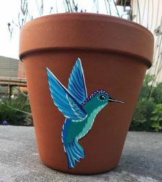 Flower Pot Art, Flower Pot Design, Flower Pot Crafts, Painted Plant Pots, Painted Flower Pots, Hummingbird Painting, Cement Art, 5 Min Crafts, Glass Garden Art