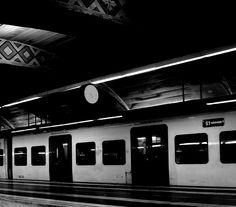 Carta a un acompañante de metro.    Hola,   Cojo el metro de vuelta a casa en España a la misma hora, 21.00h. Siempre me subo en el primer vagón y cada día estás ahí.   Hace poco más de un mes que te conozco sólo de vista, porque no me atrevo a hacer más y tú tampoco. Chico alto, delgado, moreno con el pelo ondulado, con bambas verdes, mochila y cascos negros. Entro al vagón y me miras, yo te miro, bajamos la mirada y así hasta que me bajo en mi estación y tú te quedas ahí. Ayer me puse…