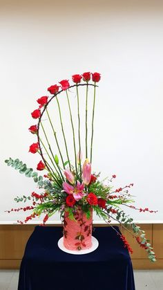 Kyung Hee University flower art class – World of Flowers Rosen Arrangements, Creative Flower Arrangements, Unique Flower Arrangements, Art Floral, Deco Floral, Church Flowers, Deco Table, Flower Decorations, Flower Installation