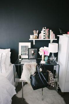 .Mesa de trabalho decorada em preto e branco com quadrinhos  , mini estante , abajur ,...
