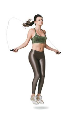 DIA 4  Pular corda  Em pé, pernas paralelas, braços ao lado do corpo com os cotovelos um pouco flexionados e cada mão segurando uma ponta da corda. Gire a corda e salte com os dois pés juntos o suficiente para a corda passar. Quando descer, amorteça o impacto com a ponta dos pés.
