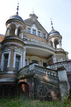 Pałac w Wonieściu.  Wybudowany w 1900 roku niemiecką rodzinę von Wedemayer. Obecnie funkcjonuje w nim oddział szpitala neuropsychiatrycznego z Kościana. Porte Cochere, Manor Houses, Amazing Architecture, Poland, Abandoned, Terrace, Russia, Castle, Around The Worlds