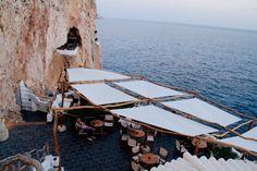 Cova d'en Xoroi Night Club Minorque Going Away, Menorca, Blog Voyage, Outdoor Furniture, Outdoor Decor, Night Club, Sun Lounger, Beautiful Places, Wanderlust