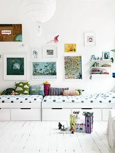 Детская мебель для двоих детей: советы по выбору и 80+ удобных и эстетичных решений для детской комнаты http://happymodern.ru/detskaya-mebel-dlya-dvoix-detej-foto/ Расположение кроватей вдоль одной стены с шкафчиками, расположенными под кроватью