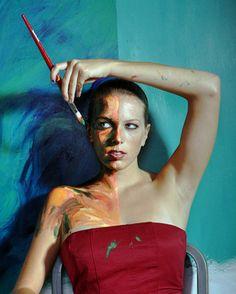 Artista que transforma pessoas reais em pintura