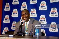 Fotografia de notícias : Michael Jordan of the Chicago Bulls talks to the...
