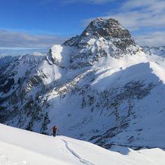 Top Skitourenbedingungen um Oberstdorf und im Kleinwalsertal..   Auch die letzten Tage fanden wir wieder sehr gute Tourenbedingungen im Kleinwalsertal. Der Neuschnee lässt es nun endlich Winter werden und man kann vom ersten richtigen POWERDERDAY sprechen.  Wir hatten jedenfalls viel Spaß und ein Tiefschneegrinsen im Gesicht...  http://www.amical-alpin.com/2016/01/07/top-skitourendingung-um-oberstdorf-und-kleinwalsertal/