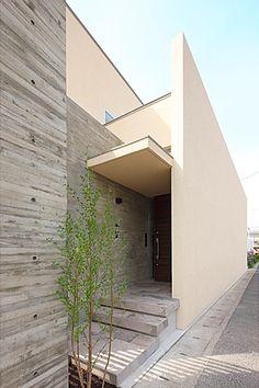 玄関ポーチ(『NKK』パティオのある上質なモダン住宅)- 外観事例 Duplex Design, House Design, Interior Exterior, Exterior Design, Asian House, Corner House, Street House, Small Buildings, Building Exterior