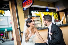 Bruid en bruidegom in een barretje op straat,    bruiloft Miami #bruidsfotograaf #bruidsfotografie Dario Endara