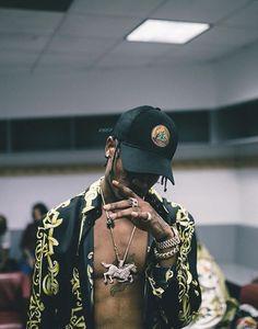 Travis Scott wearing Versace Baroque Motif Silk Shirt, Off-Brand Travis Scott Madness Tour Cap, Nick Bhindi Custom Horse Pendant Chain Mode Hip Hop, Hip Hop And R&b, Hypebeast, Travis Scott Wallpapers, Streetwear, Manicure Y Pedicure, Diamond Supply Co, Swagg, Rodeo