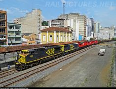 General freight train of MRS , making a further transfer of new locomotives GE AC44i ALL , passing the center of Barra Mansa .