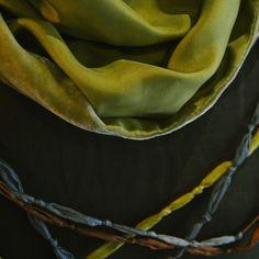 Chal doble cara, una de seda natural y otra de terciopelo, y collares de seda natural, todo teñido a mano. by @larosademariaco YAMI