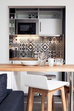 La petite cuisine de l'appartement est aussi fonctionnelle qu'esthétique ! Cuisine ikea, carreaux de ciment Leroy Merlin, tabourets de bar Made.com