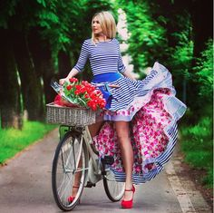 Look Your Best With This Fashion Advice – Top Clothes Boutique Pink Fashion, Womens Fashion, Cycle Chic, Bicycle Girl, Elle Magazine, Lovely Dresses, Couture, Karl Lagerfeld, Fashion Advice