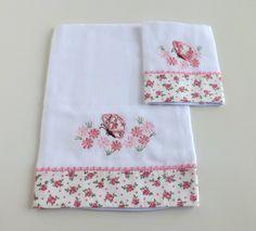 Jogo de babitas bordadas com barrado de tecido floral e delicado acabamento em sianinha. <br> <br>Tamanho: Babita - 32 x 32 cm; Fralda - 67 x 67 cm <br> <br>Tecido: Fralda Cremer Luxo - 100% algodão