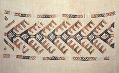 Motiv:      Detalj av linduk. Ullbroderi i smøyg fra Voss.  Historikk:      Eierskap:      1977  Identifikasjonsnr.:      NF.34001-001  Eier:      Norsk Folkemuseum