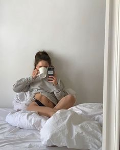 Aesthetic Body, Aesthetic Girl, Aesthetic Fashion, Model Poses Photography, Body Photography, Grunge Look, Grunge Style, Instagram Pose, Selfie Poses