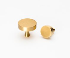 Round Solid Brass Knob, large measures 3.8cm diameter, small measures 2.5cm diameter. Both with a 3cm projection.Comes with mounting hardware, clean with a damp cloth Tech Spec - ALPHA KNOB SMALL Tech Spec- ALPHA KNOB LARGE