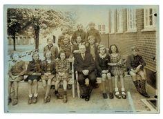 Marias morfar Emry Kølster var skolelærer på Søndre Skole i Holbæk. Her er han fotograferet sammen med sin klasse. Han elskede at skrive og han skrev utallige lejlighedssange og han førte en omfattede korrespondance med familie og venner. Han skrev ligeledes en del skuespil eller dilletant forestillinger som til stor morskab blev opført i byen til forskellige lejligheder. Han skrev også sine erindringer og her har han beskrevet hvordan han oplevede 9. april 1940 (se link).
