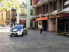 """La policía aparca en medio de la plaza para comprar en el chino!  La historia que un vecino de la calle Taula de Canvis traslada a elvecinal.es es, cuanto menos, curiosa. El residente asegura que en la pequeña plaza peatonal de esta vía, en pleno centro de Valencia, acostumbran a aparcar coches y motos policiales. """"Aparcan en medio de la plaza para comprar en 'el chino', sostiene el residente en el lugar, que aporta una fotografía del día 16 de abril a las 9.42 horaspara demostrarlo."""