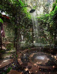 douche extérieure idée bassin d'eau design plantes