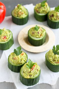 Greek avocado and feta cucumber cupsa superfoods snack! 43 calories and 1 weight watchers pp Healthy Appetizers, Appetizers For Party, Appetizer Recipes, Healthy Snacks, Healthy Recipes, Meat Recipes, Popular Appetizers, Thanksgiving Appetizers, Avocado Recipes
