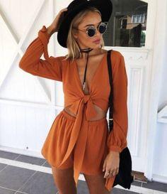 Looks para festivales jumpsuit naranja jumper gafas redondas sombrero shocker shoker chocker