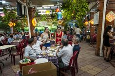 Biermeisjes in restaurant in Saigon (Vietnam)