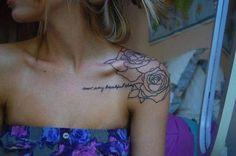 Tatouage femme Phrase et des roses Noir et gris sur Épaule