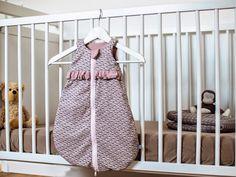 """Vanessa vom Nähjournal """"""""Sauber eingefädelt"""""""" zeigt Die wie sie einen kleinen Schlafsack für Baby näht. Frühchenschlafsäcke gibt es nämlich gar nicht so oft und hübsche leider auch selten. So war ihre Idee geboren!"""