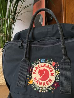 Fjallraven DIY kanken flowers The post Fjallraven DIY kanken flowers appeared first on DIY. Mochila Kanken, Fjällräven Kanken, Embroidery On Clothes, Embroidery Bags, Custom Embroidery, Diy Rucksack, Crochet Pattern Free, Backpack Decoration, Diy