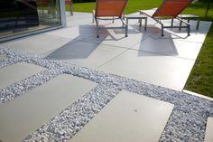 Design Sobriety; Hoogwaardige materialen en een strakke vormgeving. Siergrind wit Carrara - mooi te combineren met #Megasmooth terrastegels, strakke elegantie