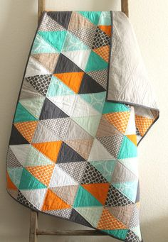 a cheerful isosceles triangle baby quilt. van craftyblossom op Etsy