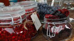 Vesipuolukat ja marjalakumatto Swedish Recipes, Blenders, Preserves, Raspberry, Veggies, Vegetarian, Sweets, Homemade, Snacks
