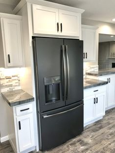 Black slate appliances have been my favorite so far! They stay clean looking and add a great design element. GE has been the brand we use in all of our projects! Source by marshallremodel The post GE Fridge in Black Slate appeared first on Wise Cabinetry. Kitchen Cabinets With Black Appliances, Slate Appliances, Stainless Steel Kitchen Appliances, Kitchen Cabinet Colors, Home Appliances, Home Decor Kitchen, Home Kitchens, Kitchen Design, Kitchen Ideas