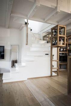 Schody vedoucí do druhého patra bytu natřeli zářivě bílou barvou, i ony měly vyniknout a nezůstat pouhým funkčním prvkem; Archiv studia