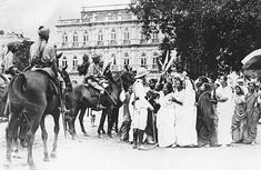 A march of women through Bombay, shows them taunting police at Maidan Esplanade during the time when there was a call to boycott British goods Continents And Countries, Countries Of The World, Colonial India, Indian People, World History, Historical Photos, British, The Unit, Horses