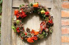 """**""""Herbstorange""""** .....aus verschiedenen Herbstschätzen wie Hagebutten, Heidekraut, Kastanien, Eicheln, Lampionblumen, Zapfen, Buxbaum, Moos und Vogelbeeren gebundener Kranz. Zu verwenden auf..."""