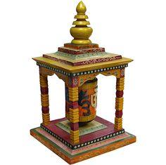 Prayer Wheel  Roda de Oração:  A Roda de Oração é um cilindro oco e dentro dele há um mantra escrito.  De acordo com o budismo tibetano, girar esta roda no sentido horário equivale a recitar oralmente este mantra.  Loja Katmandu