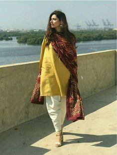 plain salwar and kameez with printed dupatta Pakistan Fashion, India Fashion, Ethnic Fashion, Daily Fashion, Fashion Art, Pakistani Dress Design, Pakistani Outfits, Indian Outfits, Pakistani Suit With Pants