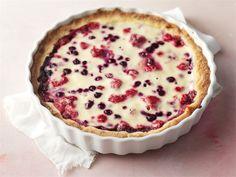 Kuningatarpiirakka kätkee jogurttitäytteen alle marjoja, kuten mustikoita ja vadelmia.
