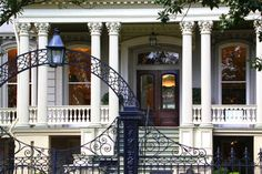 Garden District Walking Tour: Mansions and Lafayette Cemetery