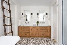 120 Modern Farmhouse Bathroom Design Ideas And Remodel 93 bathroom Modern Farmhouse Bathroom, Farmhouse Design, Farmhouse Decor, Bad Inspiration, Bathroom Inspiration, Small Bathroom, Master Bathroom, Bathroom Ideas, Bathroom Pics