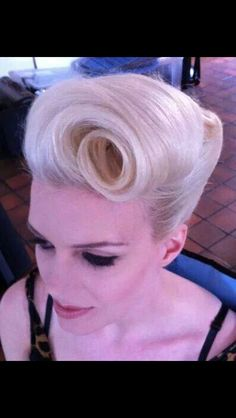 Hairstyles Short Retro Pin Up Ideas Retro Hairstyles, Wedding Hairstyles, Graduation Hairstyles, Hair Colorful, Look Rockabilly, Rockabilly Hair Tutorials, Peinados Pin Up, Vintage Wedding Hair, Retro Hair