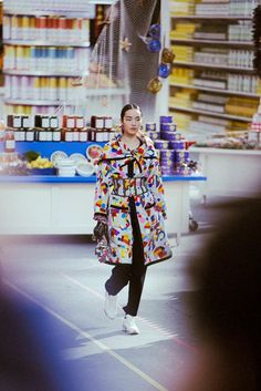 Looting Chanel in 60 minutes flat Unravelling the chaos of the Chanel shopping centre show minute by minute – from first look to front-row riot Fall 14, Fashion Forever, Fashion Articles, Abstract Print, Editorial Fashion, Harajuku, Chanel, Runway, Paul Cezanne