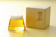 富士山グラス  なんと、ビールを注ぐとその泡が見事な雪を頂いた富士山そっくりになるビアグラス。 なんとも風流なビアグラスなので、ビールをがぶ飲みする国の人にも新しい飲み方として受け入れられそうです!出典:www.nissenren-shizuoka.co.jp