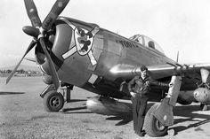 """Le pilote Joe Angelone devant son P-47 Thunderbolt """"Bubbletop"""" (verrière en goutte d'eau) - Grosseto, Italie"""