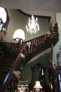 Victorian Christmas Foyer (use as inspiration-color palette for K's room) Victorian Interiors, Victorian Decor, Victorian Architecture, Victorian Christmas, Victorian Homes, Victorian Era, Christmas Home, Vintage Homes, Black Christmas